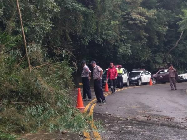 南庄鄉公所及警消今早合力搶通各路段。(記者鄭名翔翻攝)