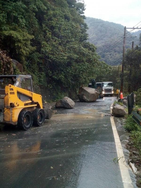 颱風過境,苗縣泰安鄉主要道路降下巨石,目前施工單位正在清除。(記者蔡政珉翻攝)