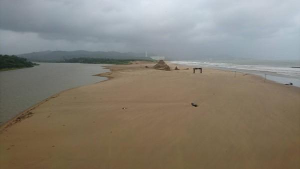 原定7月15日結束的福隆沙雕季,受瑪莉亞颱風影響,原本雄偉壯觀的多座沙雕,幾乎全被夷平。(記者林欣漢翻攝)