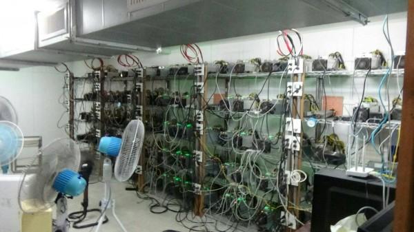 台電在嘉縣東石鄉黃石吟自家鐵皮屋查獲比特幣挖礦機房。(記者丁偉杰翻攝)