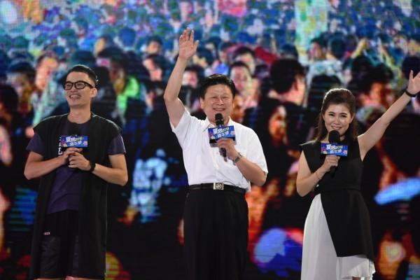 夏戀嘉年華7日在花蓮市六期重劃區揭開序幕,昨晚演唱會不受颱風影響,仍吸引3萬6千人到場朝聖。(花蓮縣政府提供)