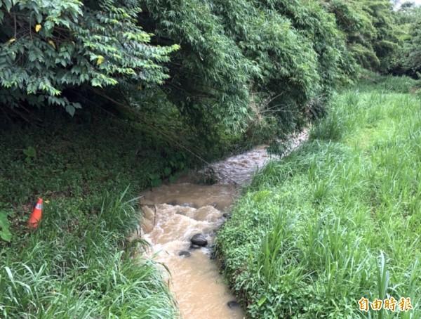 新竹縣寶山水庫今天上午從竹東鎮柯子湖溪放水8萬噸支援新竹市用水。(記者蔡孟尚攝)