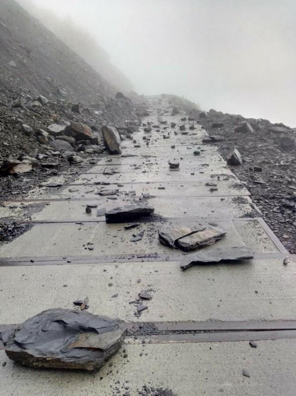 仁愛鄉投89線力行產業道路16K翠巒路段,今晨難敵雨勢坍方落石。(圖:仁愛分局提供)