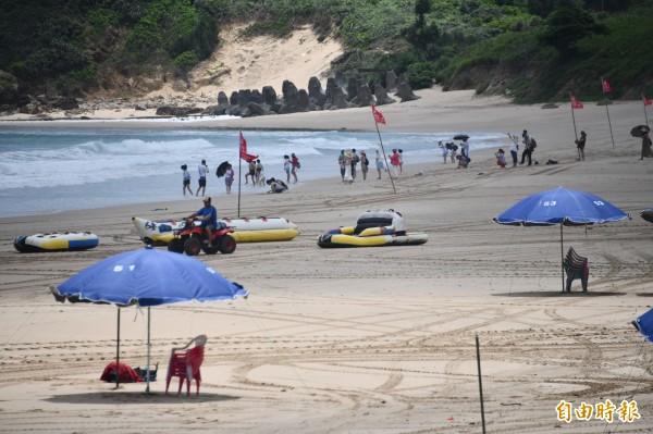 墾丁海域開始湧入戲水人潮,水上活動業者們也開心準備迎接人潮。(記者蔡宗憲攝)