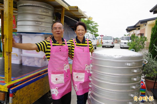 林波、靳寶儀夫婦今天結婚滿30年,前往仲埔教養院做愛心饅頭給院生享用。(記者曾迺強攝)