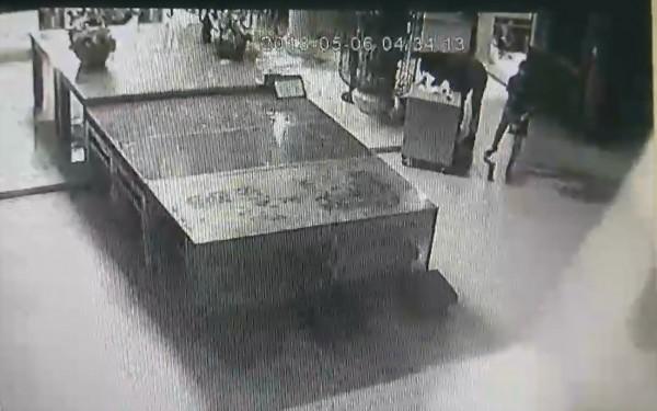 2名竊嫌先持長竹竿,將1支靠近香油箱的監視器拍攝角度撥開。殊不知在遠端處,還有另1支監視器盯著,2人隨後便使用工具將香油錢箱鎖頭撬開,將箱內香油錢竊取後逃逸。(記者彭健禮翻攝)