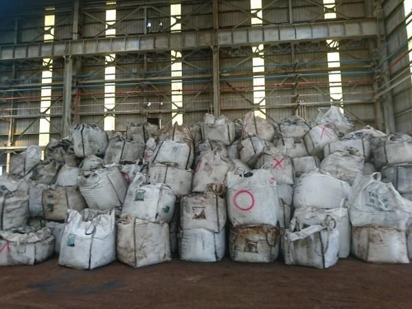 辦案人員發現千興公司廠房內有大批布袋裝的事業廢棄物。(記者王俊忠翻攝)