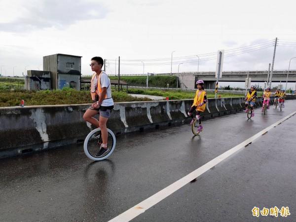 樟湖國小6名四年級學童騎獨輪車環縣並到海邊淨灘。(記者黃淑莉攝)