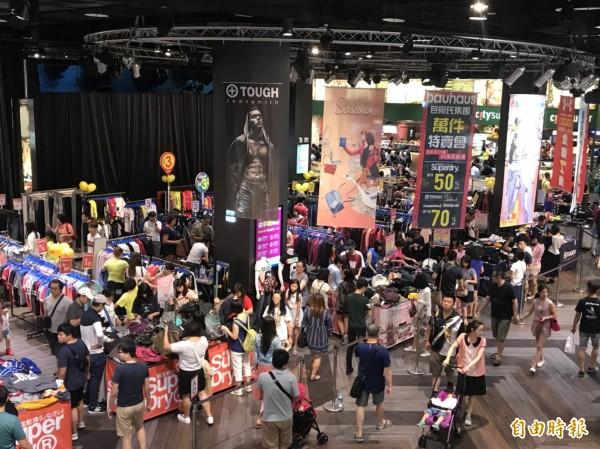 難得颱風假,台茂購物中心人潮較平常增加七成、業績更是翻倍。(記者謝武雄攝)
