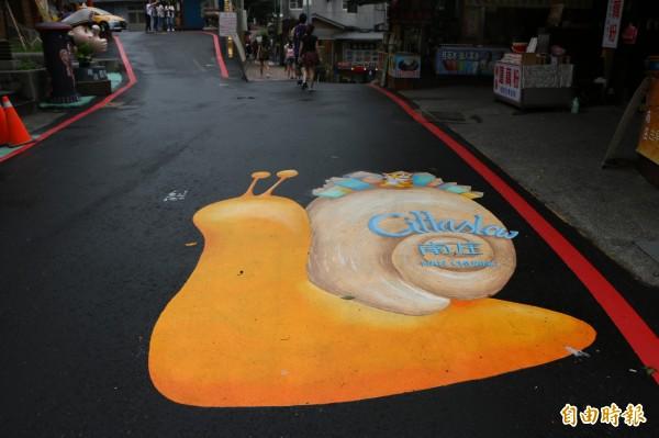 老街上可見象徵「慢城」意象的蝸牛圖案。(記者鄭名翔攝)