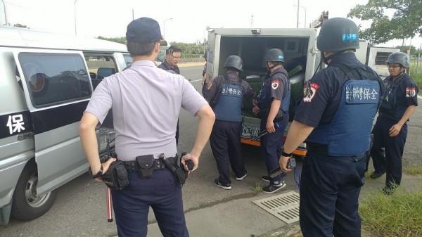 保全公司調派另1部運鈔車前往載運鉅款,警方在一旁警戒。(記者蘇福男翻攝)