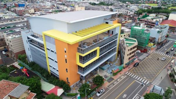 平鎮國民運動中心工程進度達近7成,外觀採取橘黃線條,顯現活力。(市府工務局提供)