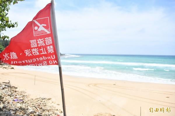 衝浪不受墾管處紅旗管制。(記者蔡宗憲攝)