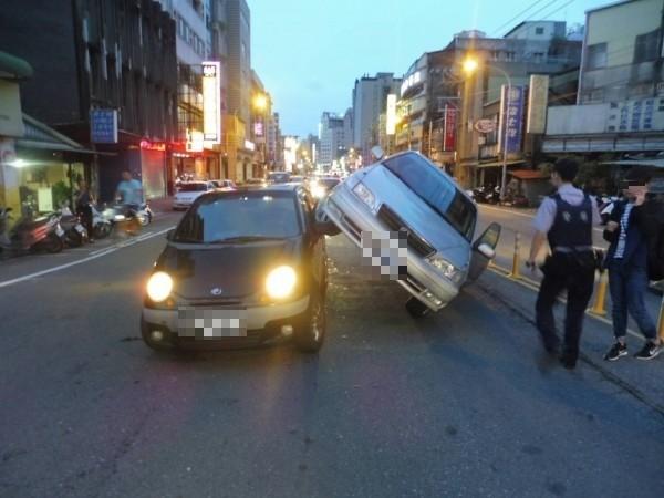 桃園市中壢區發生交通事故,車主疑因搶快、變換車道不當撞上前方車輛。(記者許倬勛翻攝)