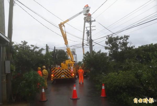 瑪莉亞颱風一夜狂掃,電桃園區營業處動員全力搶修,力拚中午前復電。(記者李容萍攝)