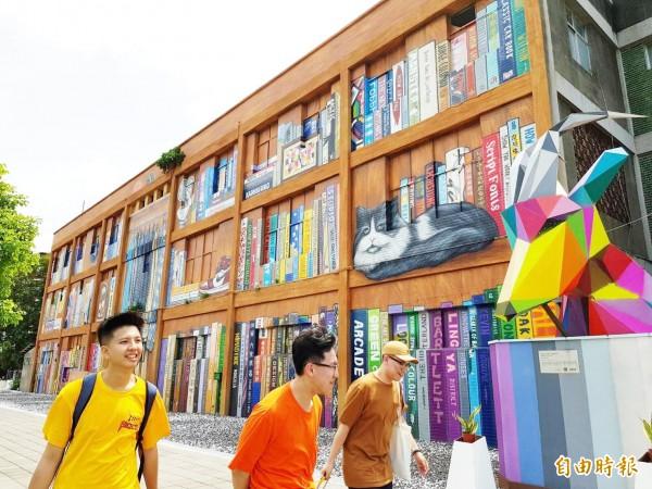 苓雅國際街頭藝術節將於週末登場,54面大型建物彩繪牆面迎賓。(記者陳文嬋攝)