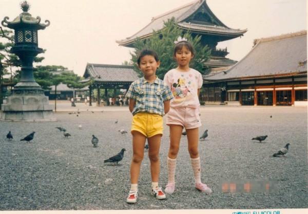 郭寶29年前跟姊姊在日本東本願寺的合照。(郭寶提供)