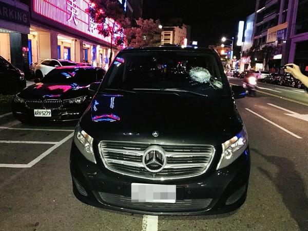 舞廳前又發生糾紛暴力,名貴賓士車慘被砸毀。(記者黃良傑翻攝)
