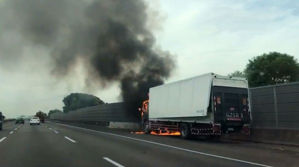 國道1號嘉義大林段南下255公里處,今天上午近9點有1起大貨車火燒車事故,車上駕駛幸運逃出,無人傷亡(讀者提供)
