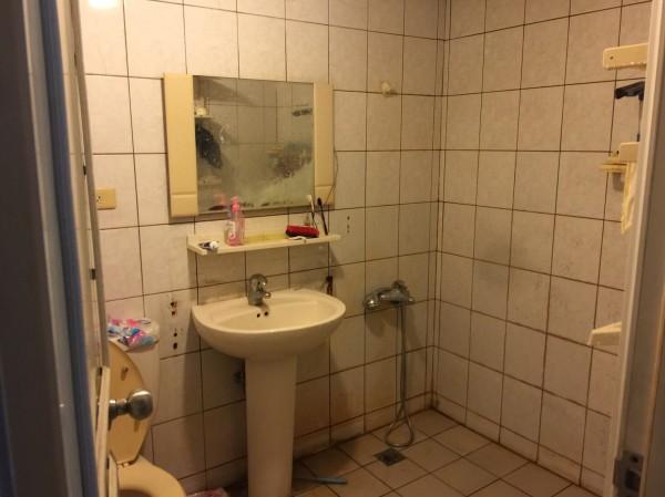 廖家大兒子倒臥在浴室。(記者許國楨翻攝)
