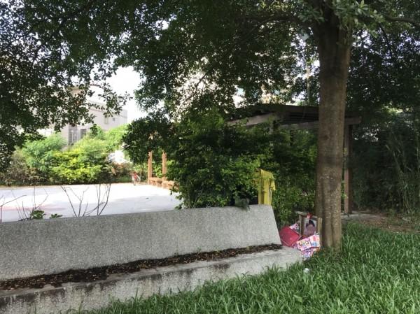 嘉義縣水上鄉一處公園大塑膠包內放置一張大型照片。(記者林宜樟翻攝)