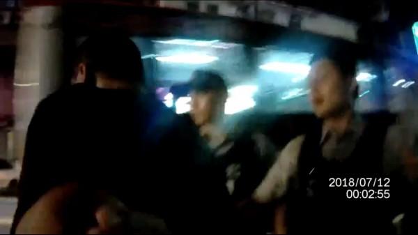 醉漢路中流竄、擋公車嚇壞人,被壓制怪警「太超過」。(記者鄭淑婷翻攝)