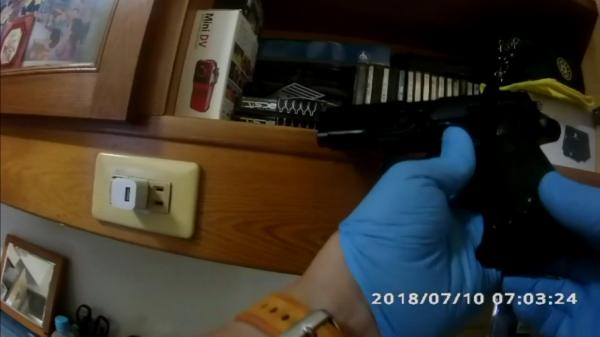 高市41歲洪男工傷期間,在家無聊涉嫌改槍,高市刑大偵四隊循線上門逮人,搜出1把改造手槍、工具及7包安毒。(記者黃良傑翻攝)