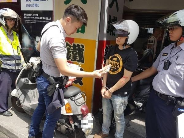 警方當場查獲毒品,將秦男逮捕。(記者王宣晴翻攝)