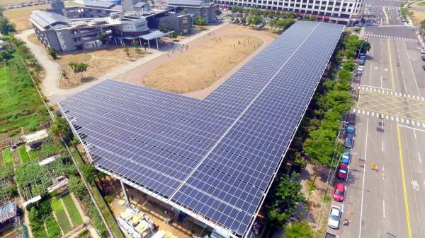 鳳翔國中設置全國首座太陽能風雨球場。(圖由高市教育局提供)