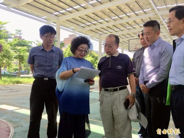 范巽綠(左2)向行政院政務委員張景森(中)介紹球場。(記者黃旭磊攝)
