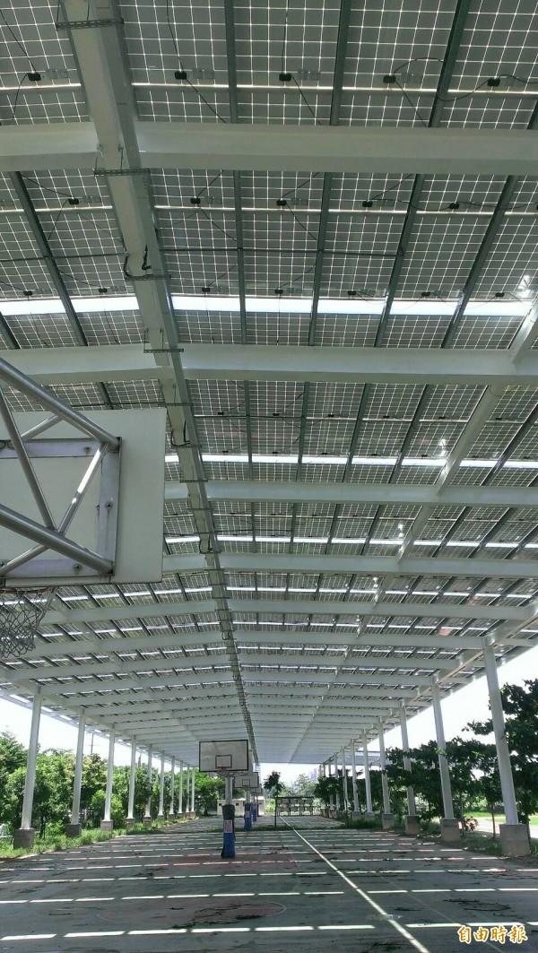 太陽能風雨球場年減660公噸碳排放。(記者黃旭磊攝)