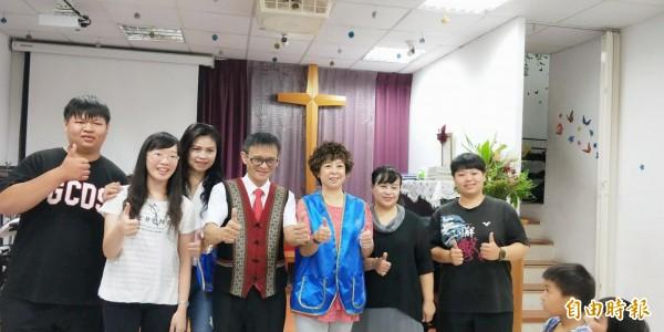 新竹市國際蘭馨交流協會捐贈冷氣及助學金給位於新竹市香山區的榮光教會。(記者蔡彰盛攝)