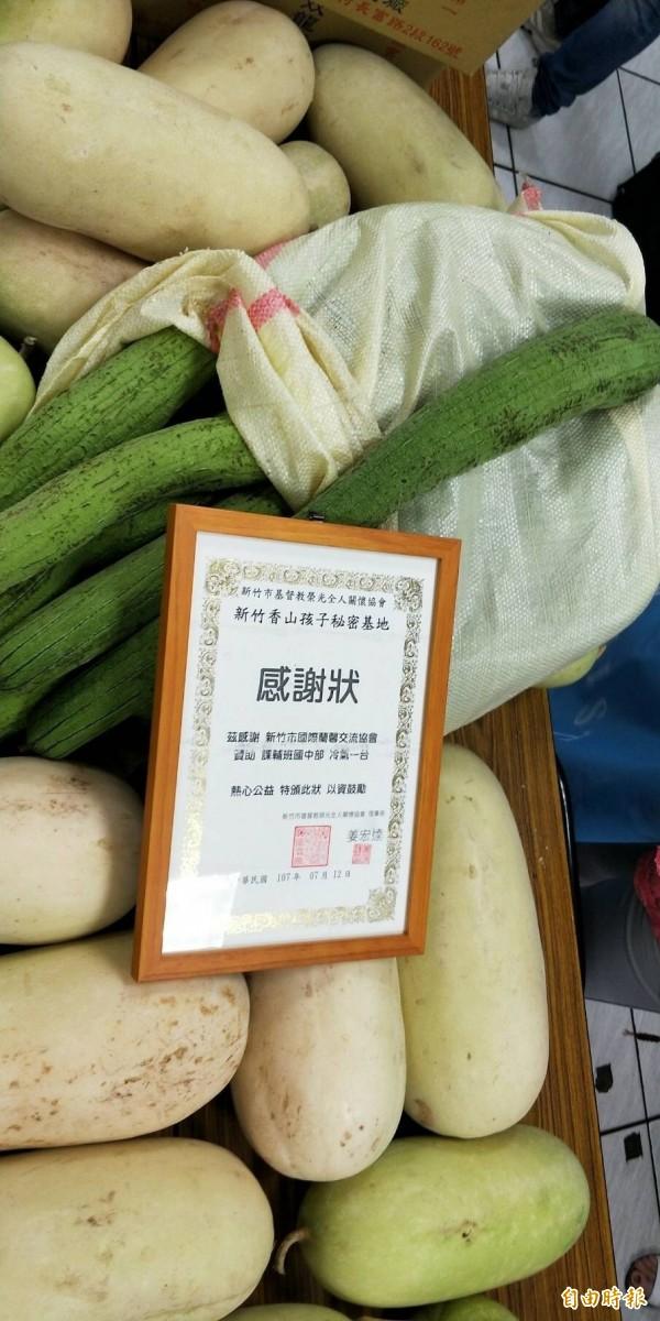 新鮮蔬果都是會姊們自家種的,為孩子們加菜。(記者蔡彰盛攝)