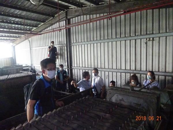 檢警環組成的專案小組勘驗非法處理廢切削液壓濾設備處理情形。(環保署提供)