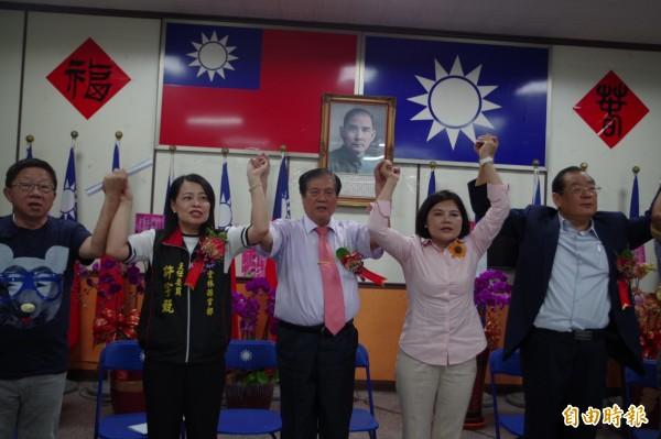 國民黨主委交接典禮上,齊為縣長參選人張麗善(右二)加油打氣。(記者林國賢攝)