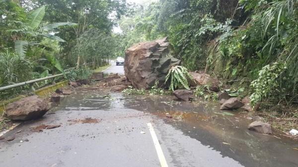 受午後雷陣雨影響,嘉義縣阿里山鄉鄉道嘉156線2.3公里處在下午1點38分發生落石坍方。(吳芳銘提供)