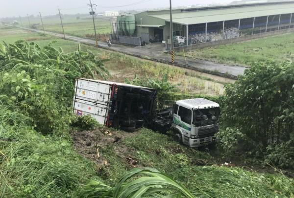 1輛貨櫃車今天下午衝落台南下營國道邊坡,司機平安。(記者楊金城翻攝)