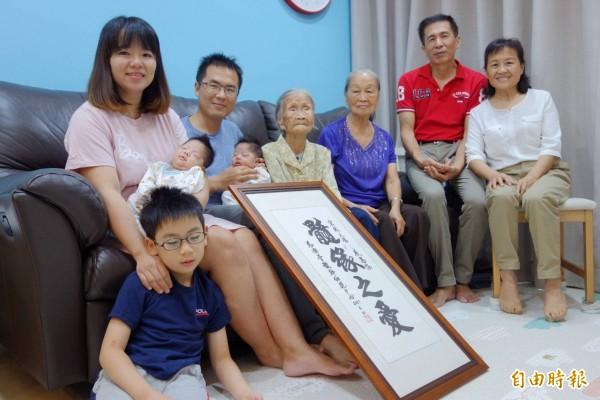 簡宏政(左2)捐贈造血幹細胞後,妻子伍姵蓉(左1)懷孕產下雙胞胎兒子。(記者黃旭磊攝)