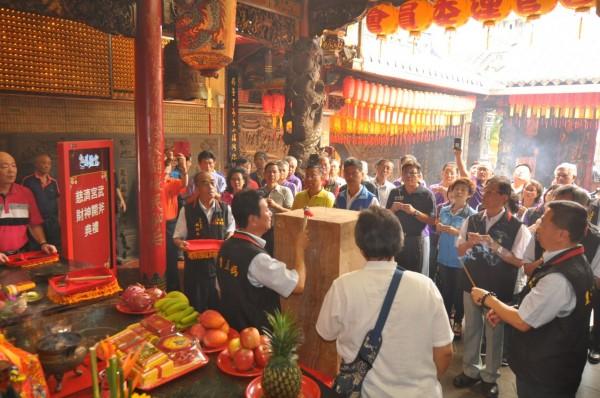 豐原慈濟宮主委鄭文鑫在牛樟木上二開斧,完成開斧儀式。(慈濟宮提供)