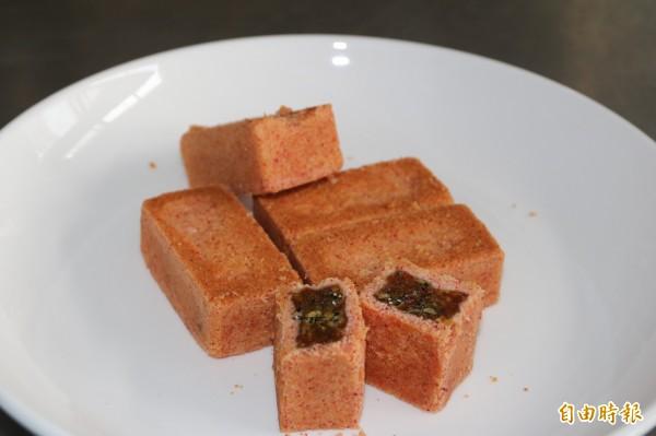 弘光科大研發火龍果新口味的月餅。(記者張軒哲攝)