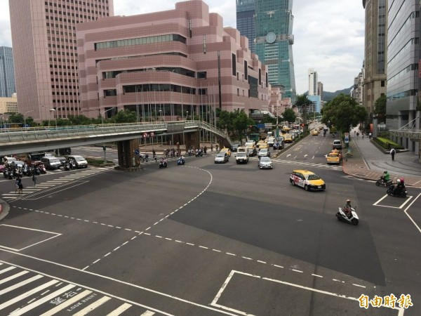 信義區信義路與基隆路口劃設完備的行人穿越線。(台北市新工處提供)