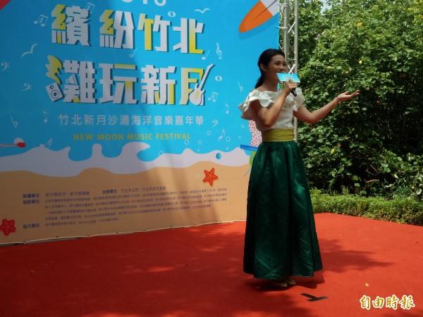 竹北市公所和代表會邀請歌手朱海君現場演唱,為新月沙灘海洋音樂嘉年華活動暖身。(記者廖雪茹攝)