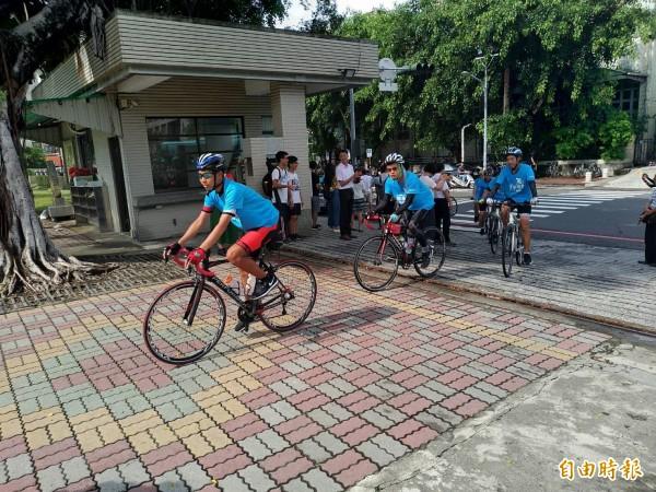 台南一中師生完成單車環島壯舉,返回學校。(記者劉婉君攝)