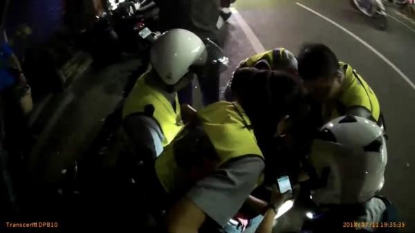 35歲黃姓男子因有毒品前科,見警盤查心虛逃逸,過程中一度衝撞員警,最後仍被警方壓制在地。(記者萬于甄翻攝)