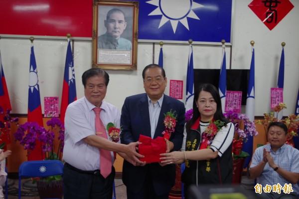許宇甄(右)接任國民黨雲林縣黨部主委。(記者林國賢攝)