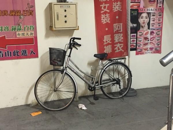 腳踏車置物籃前被人發現有玩具手榴彈。(記者王冠仁翻攝)
