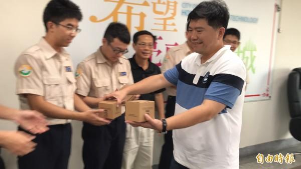 新竹縣政府環保局局長黃士漢(右)致贈5名替代役代表該局的綠色紙鎮,期許他們每個人發揮所長,一起替保護環境盡力。(記者黃美珠攝)