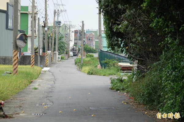 彰化伸港彰新路7段450巷,如果沒有刨除路面就直接鋪柏油,就要繞過水溝蓋。(記者劉曉欣攝)