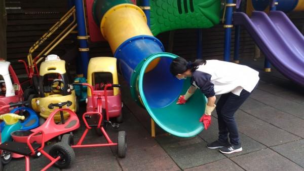 預防腸病毒除勤洗手,學校定期稀釋家用漂白水擦拭遊具。(資料照,嘉義市政府提供)