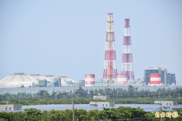 台電興達電廠現有9部燃煤和燃氣複循環機組將陸續除役,另新建3部燃氣複循環機組發電。(記者蘇福男攝)